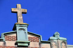 Vieja cruz de piedra encima de la iglesia Imagenes de archivo