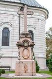 Vieja cruz en el patio de la iglesia ortodoxa fotografía de archivo