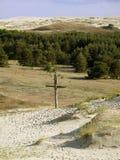 Vieja cruz en la arena Fotos de archivo