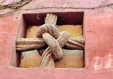 Vieja cruz en la pared de piedra Fotografía de archivo libre de regalías
