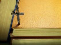 Vieja cruz y un libro Fotografía de archivo libre de regalías