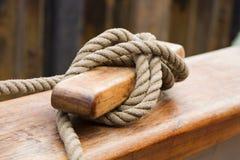 Vieja cuerda de las naves atada apagado Imagen de archivo