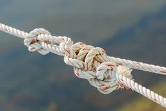 Vieja cuerda del barco de pesca con un nudo atado Imagen de archivo libre de regalías