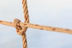 Vieja cuerda del barco de pesca con un nudo atado Fotos de archivo