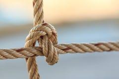 Vieja cuerda del barco de pesca con un nudo atado Foto de archivo libre de regalías