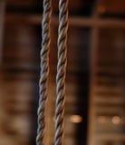 Vieja cuerda del oscilación en granero Fotos de archivo libres de regalías