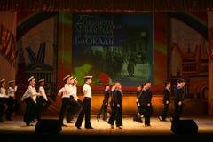 Vieja danza rusa nacional tradicional acrobática Yablochko del marinero Fotos de archivo