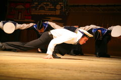 Vieja danza rusa nacional tradicional acrobática Yablochko del marinero Imagenes de archivo