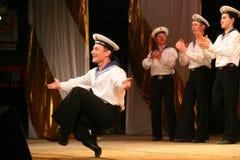Vieja danza rusa nacional tradicional acrobática Yablochko del marinero Fotografía de archivo libre de regalías
