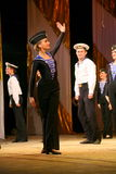Vieja danza rusa nacional tradicional acrobática Yablochko del marinero Foto de archivo