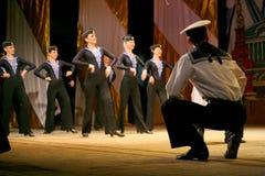 Vieja danza rusa nacional tradicional acrobática Yablochko del marinero Fotografía de archivo