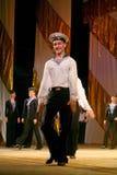 Vieja danza rusa nacional tradicional acrobática Yablochko del marinero Imagen de archivo