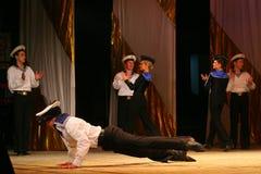 Vieja danza rusa nacional tradicional acrobática Yablochko del marinero Foto de archivo libre de regalías