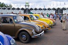 Vieja demostración de coche en Retrofest. Pocos escarabajos de Volkswagen Imágenes de archivo libres de regalías