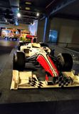 Vieja demostración retra del coche de competición del vintage en museo Coche de competición de la fórmula del color rojo imagen de archivo