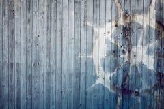 Vieja dirección de la vista de la rueda en viejo fondo de madera azul Fotografía de archivo libre de regalías