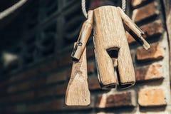 Vieja ejecución de madera del cencerro en la pared imagen de archivo libre de regalías