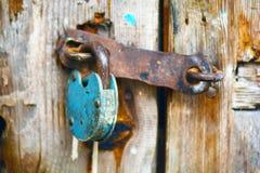 Vieja ejecución oxidada del candado en una puerta de madera vieja Imágenes de archivo libres de regalías