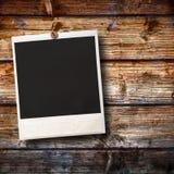 Vieja ejecución polaroid en fondo de madera Imágenes de archivo libres de regalías