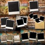 Vieja ejecución polaroid en fondo de madera Foto de archivo