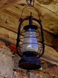Vieja ejecución rústica de la lámpara debajo del tejado Imagen de archivo libre de regalías