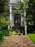 Vieja entrada de la casa del abandono en St Charles Ave New Orleans Imagenes de archivo