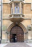 Vieja entrada de la universidad en Oxford Fotos de archivo libres de regalías