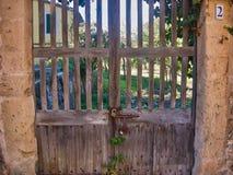 Vieja entrada de madera de la puerta en casa vieja linda imagenes de archivo