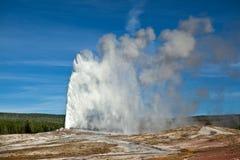 Vieja erupción fiel - Yellowstone Imagenes de archivo