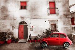 Vieja escena del italiano del vintage Pequeño coche rojo antiguo Efecto del envejecimiento Imagen de archivo libre de regalías