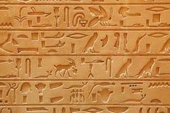 Vieja escritura ilustrada egipcia en una piedra arenisca Imagen de archivo