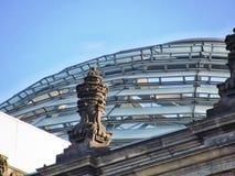 Vieja escultura con el nuevo techo de cristal de Berlin Parliament, Alemania fotografía de archivo
