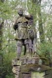 Vieja escultura del cazador con el animal Foto de archivo libre de regalías