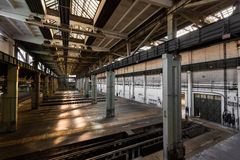 Vieja estación abandonada de la reparación del vehículo, interior imagen de archivo