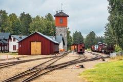 Vieja estación de ferrocarril con la torre fotos de archivo