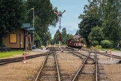 Vieja estación de ferrocarril del vintage en Suecia fotos de archivo