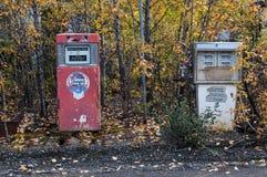 Vieja estación de servicio, testigos de épocas anteriores - surtidores de gasolina históricos, el Yukón, Canadá imagenes de archivo