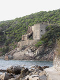 Vieja estructura industrial usada en el pasado para transportar la piedra caliza los míos al mar Livorno, Toscana, Italia Fotografía de archivo