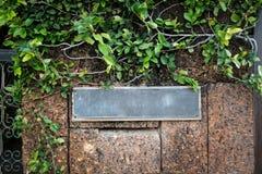 vieja etiqueta de la puerta principal del hierro foto de archivo libre de regalías