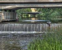 Vieja fundación concreta debajo del puente con pequeña caída en HDR Imágenes de archivo libres de regalías