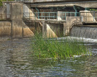 Vieja fundación concreta debajo del puente con pequeña caída en HDR Foto de archivo
