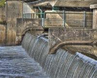 Vieja fundación concreta debajo del puente con pequeña caída en HDR Imagenes de archivo