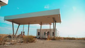 Vieja gasolinera abandonada sucia de la forma de vida U S Ruta 66 vídeo de la cámara lenta del camino 66 de la crisis que aprovis almacen de video