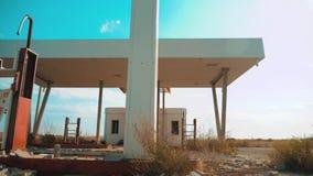 Vieja gasolinera abandonada sucia U S Forma de vida de Route 66 vídeo de la cámara lenta del camino 66 de la crisis que aprovisio almacen de metraje de vídeo