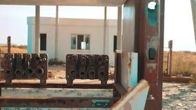 Vieja gasolinera abandonada sucia U S Ruta 66 forma de vida del vídeo de la cámara lenta del camino 66 de la crisis que aprovisio metrajes
