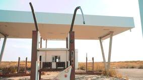 Vieja gasolinera abandonada sucia U S Ruta 66 vídeo de la cámara lenta de la forma de vida del camino 66 de la crisis que aprovis almacen de metraje de vídeo