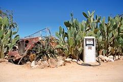 Vieja gasolinera con la ruina del coche Fotos de archivo