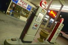 Vieja gasolinera de Mobil de Ernie Imagen de archivo libre de regalías