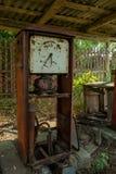 Vieja gasolinera durante verano en el pueblo olvidado perdido imagen de archivo