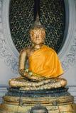 Vieja imagen de oro de Buda en el templo de Tailandia Fotos de archivo
